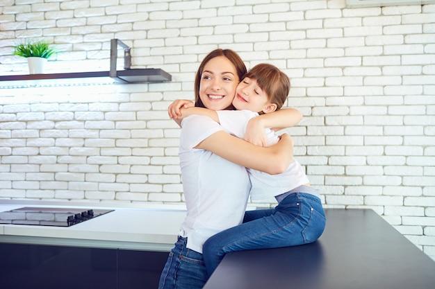 Feliz madre e hija se abrazan en la casa. día de la madre.