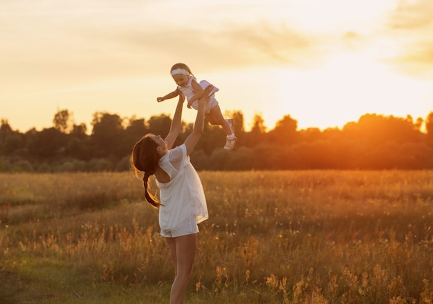 Feliz madre e hija al aire libre