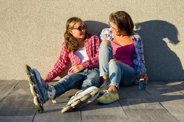 Feliz madre e hija hablando al aire libre
