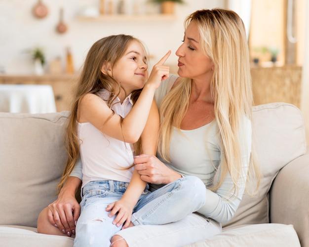 Feliz madre e hija pasar tiempo juntos en casa