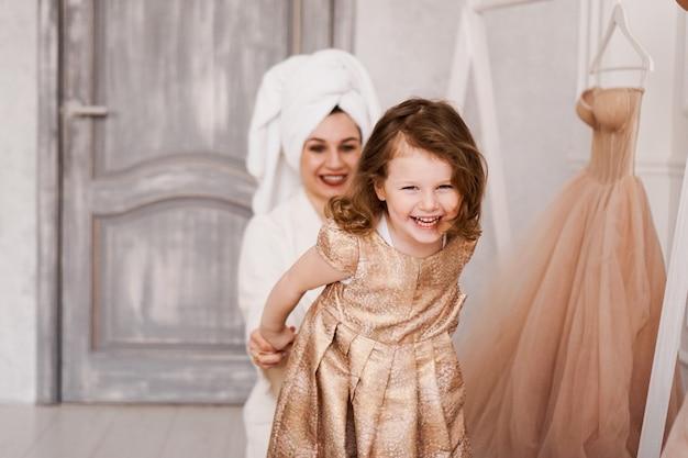 Feliz madre e hija se ponen un vestido