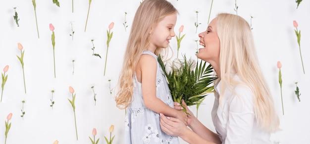 Feliz madre e hija vista lateral