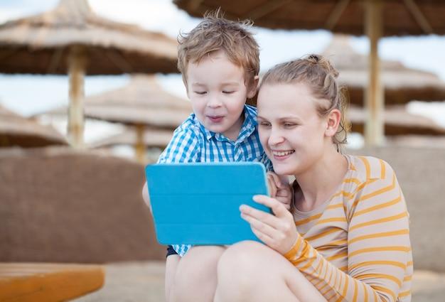 Feliz madre e hijo en un complejo de playa