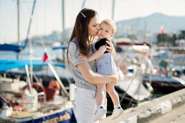 Feliz madre e hijo en el fondo del yate de mar