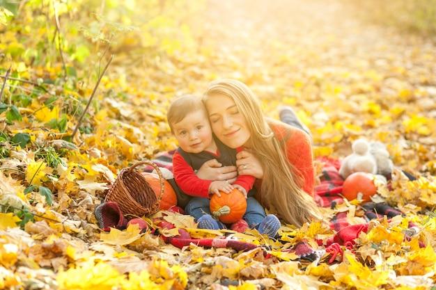 Feliz madre e hijo en una manta de picnic