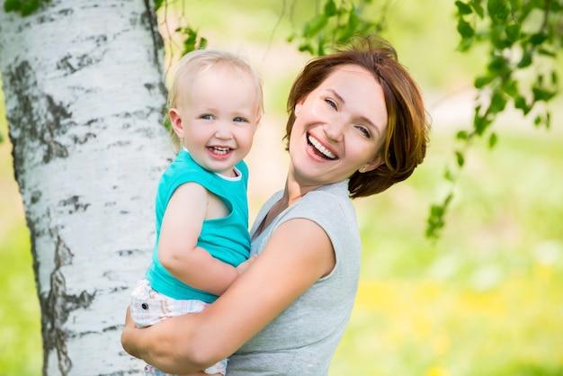 Feliz madre e hijo pequeño en el campo