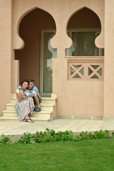 Feliz madre e hijo en resort de vacaciones cerca de hote