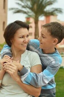Feliz madre e hijo de vacaciones