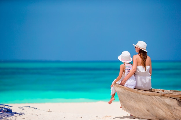 Feliz madre de familia y niña en la playa