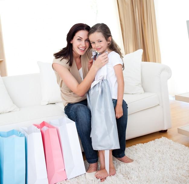 Feliz madre y niña después de ir de compras