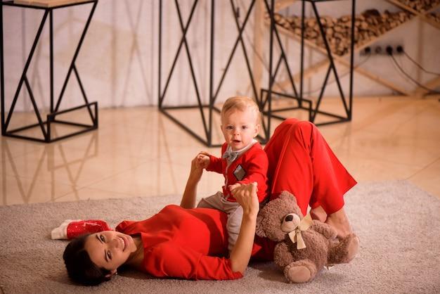 Feliz madre y niño juegan en casa