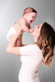 Feliz madre solícita y su linda niña