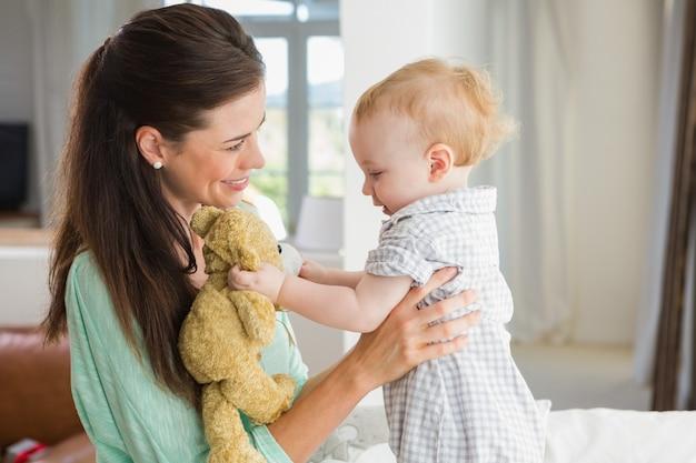 Feliz madre con su bebé en casa en el dormitorio
