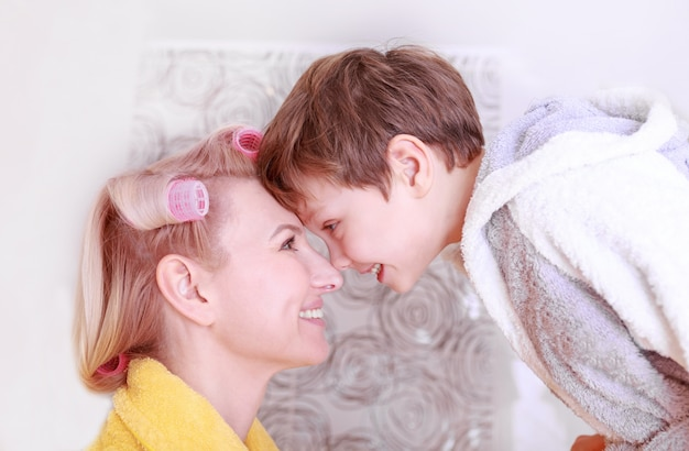 Feliz madre con su hijo, diviértanse juntos