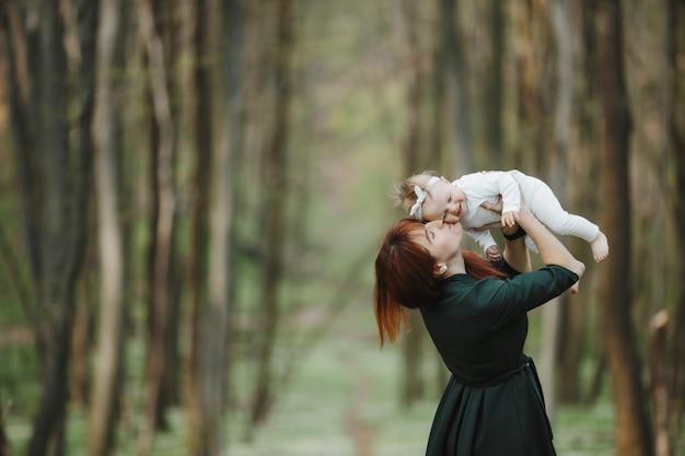 Feliz mamá besa a su bebé