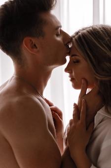 Feliz mañana de la joven pareja romántica en el amor divertirse, besarse y abrazos. amor y relaciones estilo de vida.