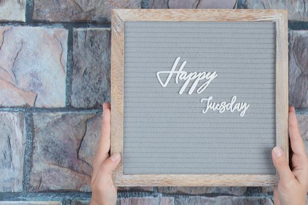 Feliz martes frase incrustada sobre fondo gris