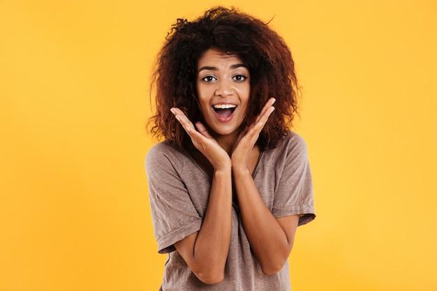 Feliz mujer africana sorprendida