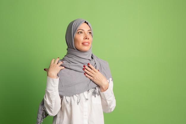 Feliz mujer árabe en hijab. retrato de niña sonriente, posando en el fondo del estudio