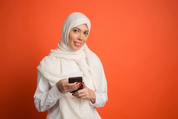 Feliz mujer árabe en hijab