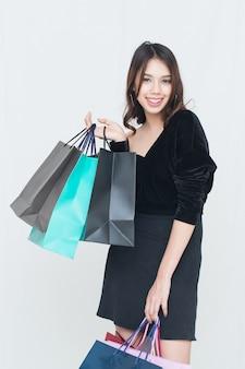 Feliz mujer asiática con bolsa de compras