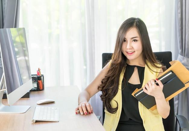 Feliz mujer asiática en oficina
