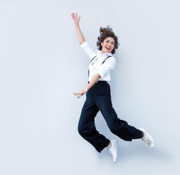 Feliz mujer asiática saltando como baile de ballet
