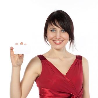 Feliz mujer caucásica con tarjeta en blanco