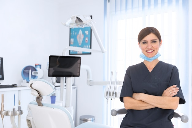 Feliz mujer dentista en clínica