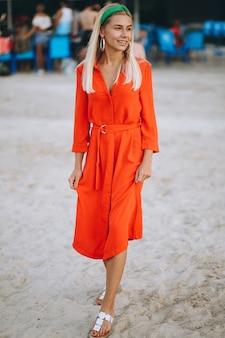 Feliz mujer en vestido rojo en unas vacaciones