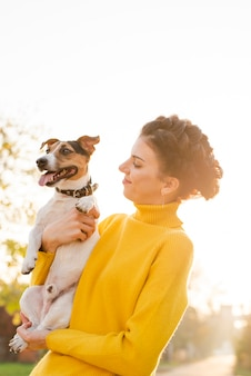 Feliz mujer enamorada de su cachorro