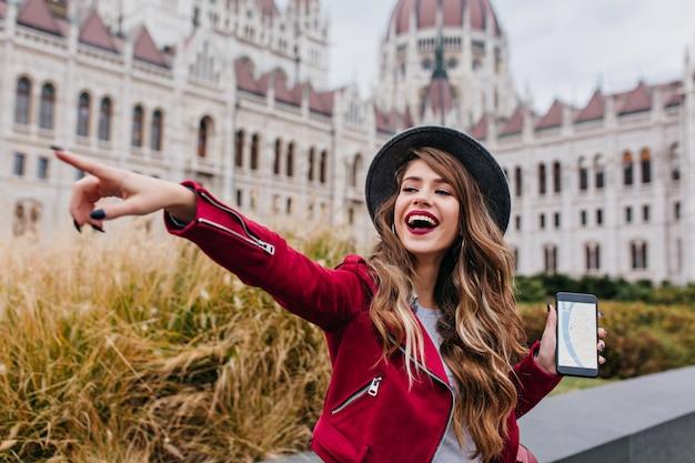 Feliz mujer europea usando gps durante sus vacaciones en europa
