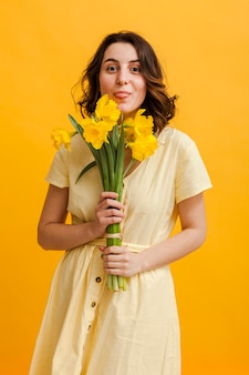 Feliz mujer con flores