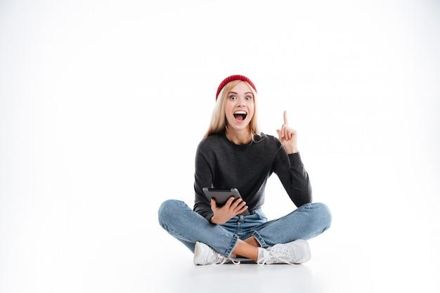 Feliz mujer hipster sentado con tablet pc