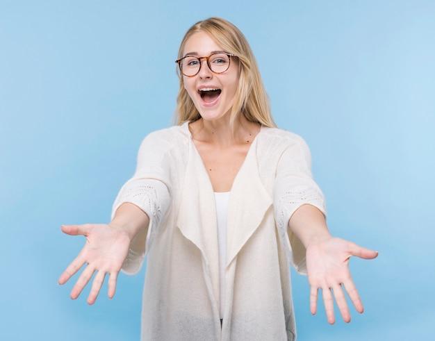 Feliz mujer joven con anteojos