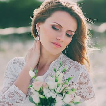 Feliz mujer joven en vestido de novia