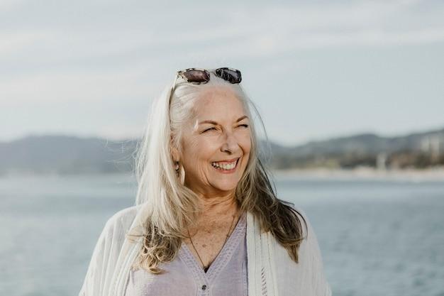 Feliz mujer mayor junto al mar