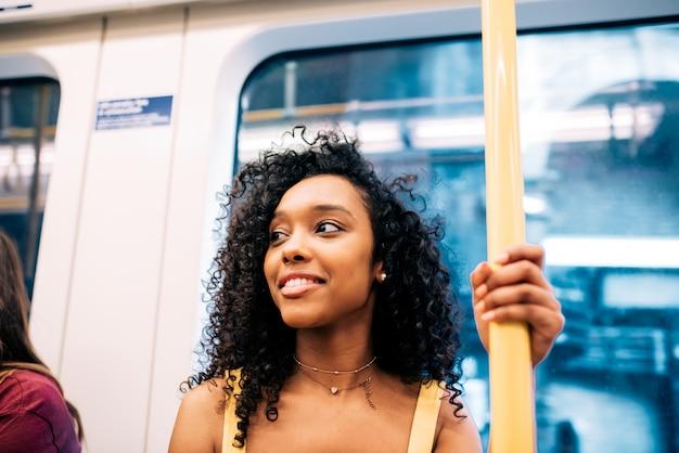 Feliz mujer negra en el metro de londres