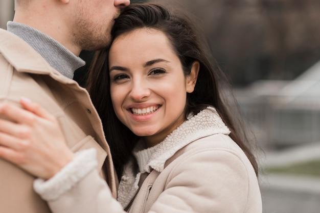 Feliz mujer posando con su hombre