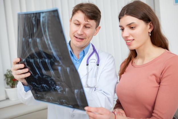Feliz mujer sana hablando con su médico después de la exploración por resonancia magnética