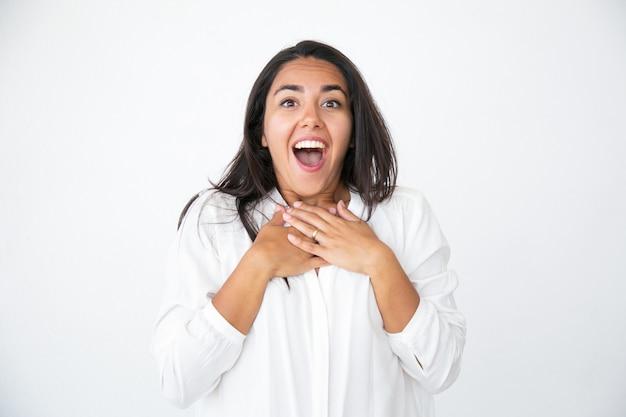 Feliz mujer sorprendida jadeando de sorpresa