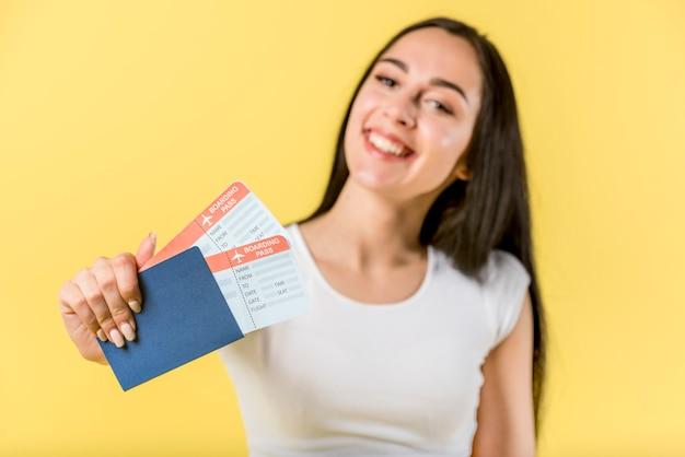 Feliz mujer sosteniendo documentos de viaje