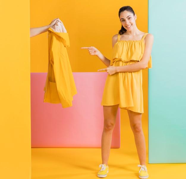 Feliz mujer en vestido amarillo