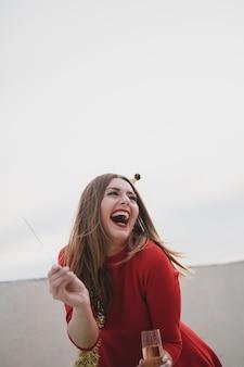 Feliz mujer en vestido rojo riendo