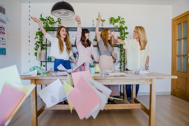 Feliz, mujeres, lanzar, papeles