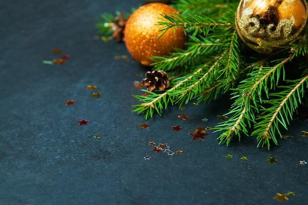 Feliz navidad concepto abeto vacaciones invierno bolas decorando estrellas doradas brillo espacio de copia
