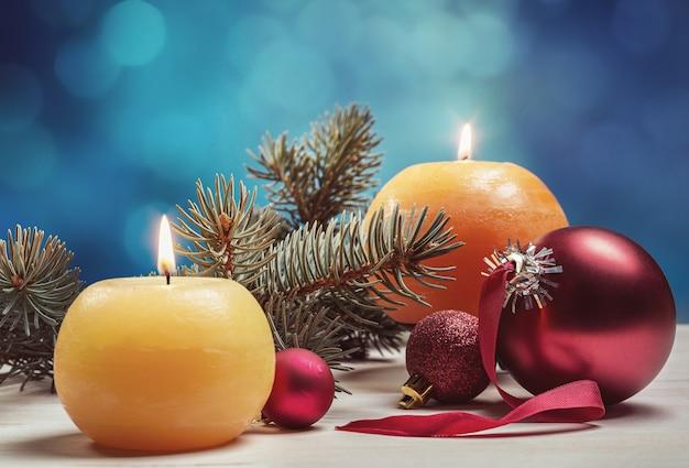 Feliz navidad, concepto de tarjeta de felicitación. decoración con velas, abeto, bolas.