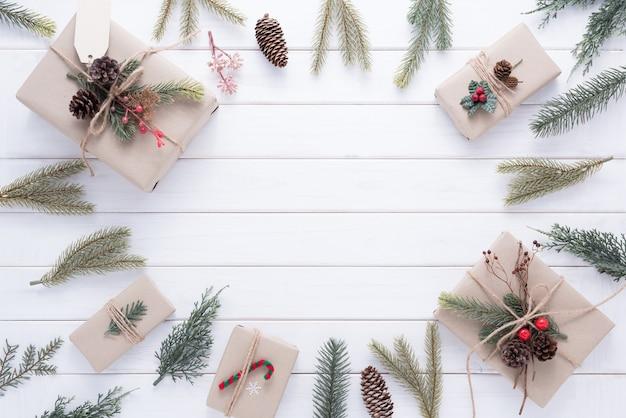 Feliz navidad decoración para celebración sobre fondo blanco de madera
