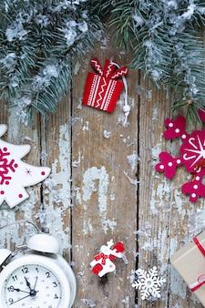 Feliz navidad y felices fiestas tarjeta de felicitación, marco, banner. año nuevo. tarjeta de feliz año nuevo con nieve sobre fondo de madera. tema de vacaciones de navidad de invierno. endecha plana.