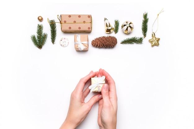 Feliz navidad y feliz año nuevo decoración fondo blanco.